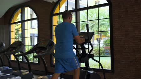 elliptical : A man at the gym has kardiotrenazhere