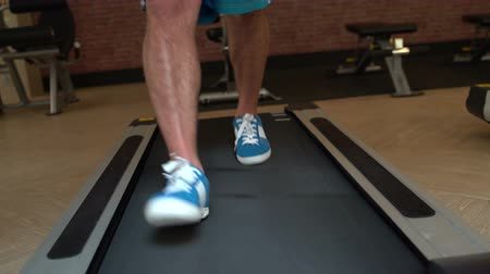 mindennapi : Mens legs on a treadmill at the gym