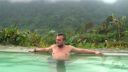 mal cheiroso : The man farts in the pool with thermal water