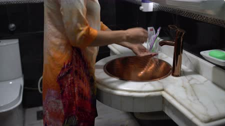pia : A woman washes hands with SOAP in a sink