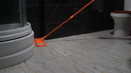 zametání : Cleaning floors with a mop in the bathroom