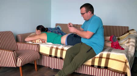 adagolás : Man is preparing to give injection to woman in the ass.