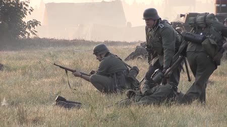 arma de fogo : German soldiers carried the wounded