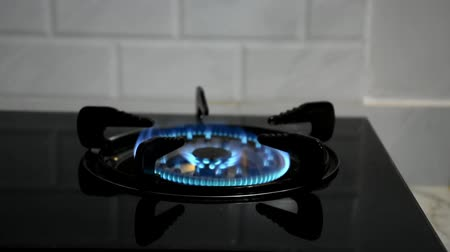 пьедестал : Flames on the gas stove since starting then put a flat pan on top for heat up.
