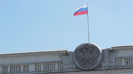 çarpıntı : State emblem and state flag of the Russian Federation in the blue sky