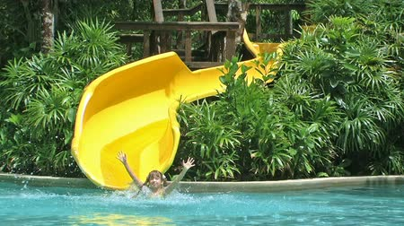 parky : Child riding on water slide. Dostupné videozáznamy