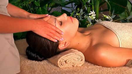 kipiheni magát : Woman getting facial massage in spa. Stock mozgókép