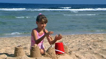 zamek : Child playing on beach. Wideo