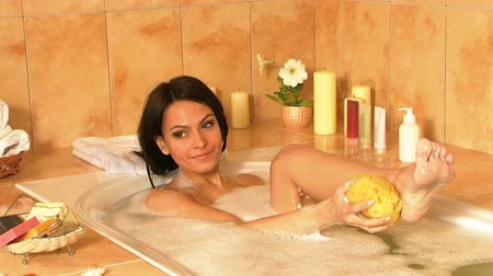 toalhas : Young woman take bubble bath.