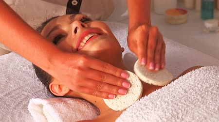 лицевой : Woman getting facial massage in beauty spa.