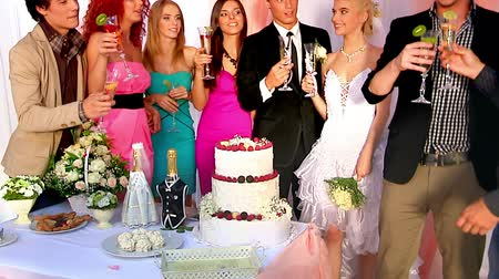 casamento : Group people at wedding table with cake.