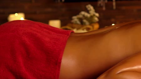 procedimento : Young woman lying on wooden spa bed. Massage in spa salon. Camera slowly moves from girls face to masseuse who making foot massage. Slow motion. Vídeos