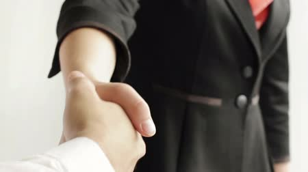 рукопожатие : Businessman and businesswoman shaking hands, selective focus, on white background Стоковые видеозаписи