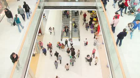butik : Slightly defocused crowd of walking people in the newly opened shopping mall center Stok Video