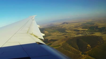 parlayan : Wing of commercial airplane flight flapping in the wind Stok Video