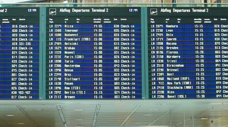 utazó : Departure board at the international airport Stock mozgókép