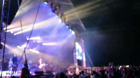 színpad : Crowded Concert with flashing stage lights