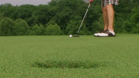 golfen : Close-up van golfer missen long putt op groen en slaan camera. Stockvideo
