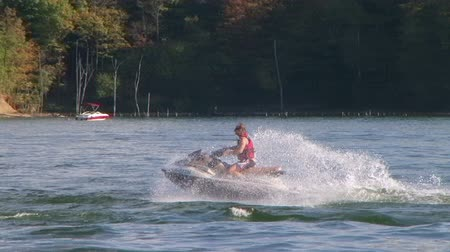 esqui : WAYNESVILLE - SEPTEMBER 8: Young man (name withheld) from Waynesville, OH enjoys riding a jet ski at Caesar Creek State Park September 8, 2007 in Waynesville, OH.
