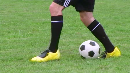 juventude : Young soccer player demonstrates footwork by dribbling ball, dolly shot.