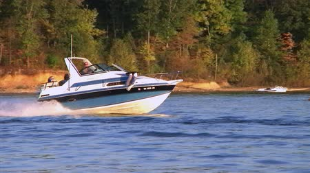 speedboats : WAYNESVILLE - SEPTEMBER 8: People (names withheld) from Waynesville, OH enjoy one of the last days of summer on their boat at Caesar Creek State Park September 8, 2007 in Waynesville, OH.
