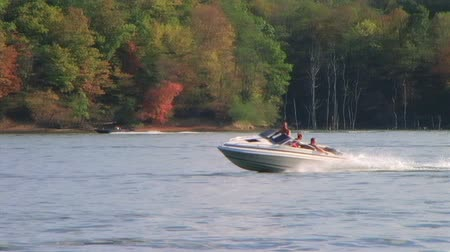 speedboats : WAYNESVILLE - JULY 8: Innertube skips across water while being pulled by speedboat at Caesar Creek State Park July 8, 2007 in Waynesville, OH. Stock Footage