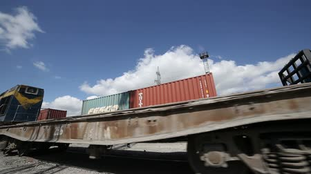 vasúti : Freight train with cargo containers