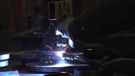 fricção : Welder in a protective mask works in the shop manufacturing equipment