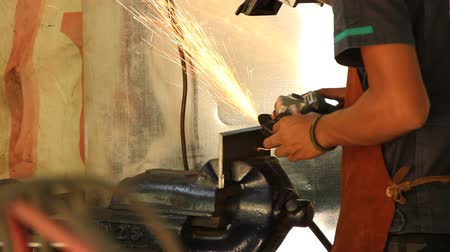 ângulo : Heavy industry worker cutting steel with angle grinder in workshop Vídeos