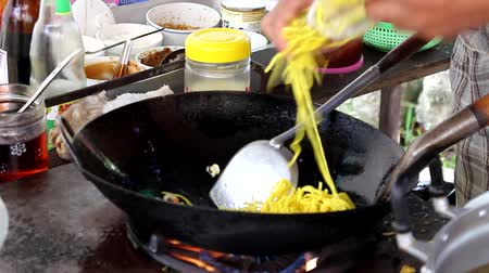 Cooking Pad Thai stir-fried rice noodles with eggs Vídeos