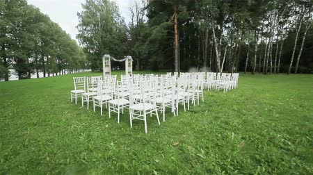 dekoracje : Rows of chairs on lawn ready for outdoor wedding ceremony. Steadicam Wideo