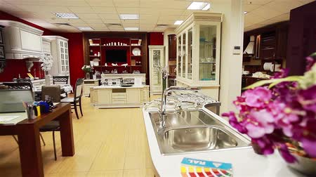 мебель : Kitchen interior in a furniture store. Pan Стоковые видеозаписи