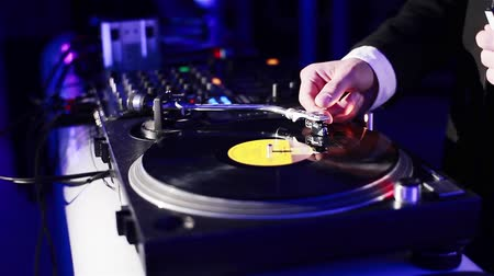 dança : Dj spinning vinyl in a night club. Close-up