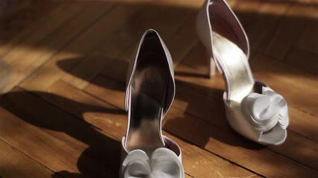 pięta : Close up of wedding white shoes on high heels. 2 shots