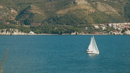 yat yarışı : A sailboat on the horizon in the beautiful Adriatic sea Stok Video