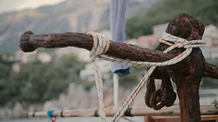 paslanmış : Old rusty anchor with coiled ropes