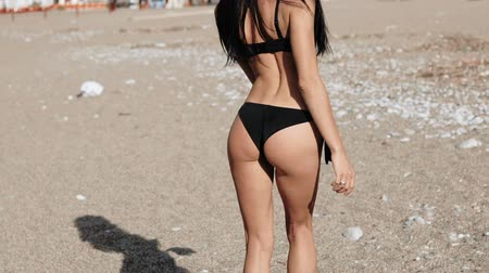 eşek : Sexy fitness ass in a swimsuit on the beach