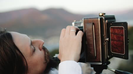 macro fotografia : Photographer customizes large format camera before shooting