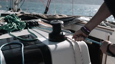su üzerinde ufuk : Yacht winch operation A man controls the sails Stok Video