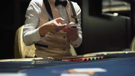 gösterileri : Diller hands out cards at the gaming table in the casino Stok Video