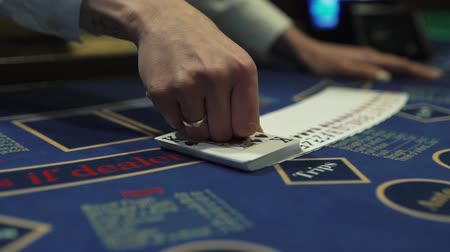 gösterileri : Dealer beautifully lays out cards on the card table in the casino Stok Video