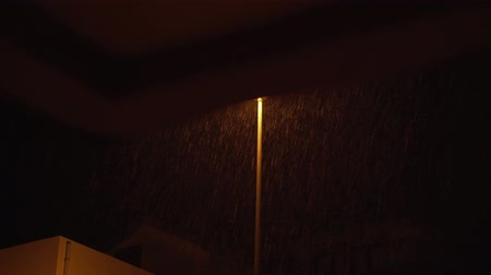 folha : The lantern on the pole shines at night when it rains Stock Footage