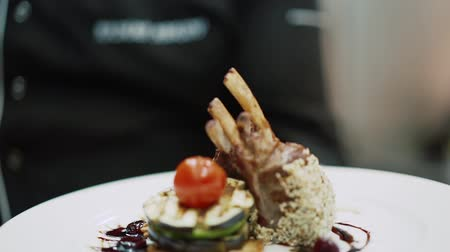 wołowina : Chef presents his dish chicken legs with tomato and sesame seeds