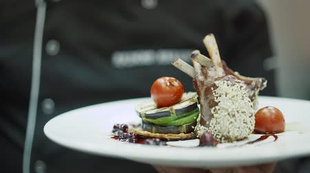 jíst : Chef presents his dish chicken legs with tomato and sesame seeds