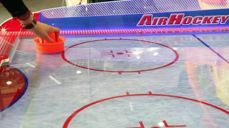 хоккей : Playing air hockey game