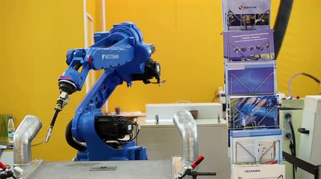 kol : Yaskawa Motomann welding robot machine Stok Video
