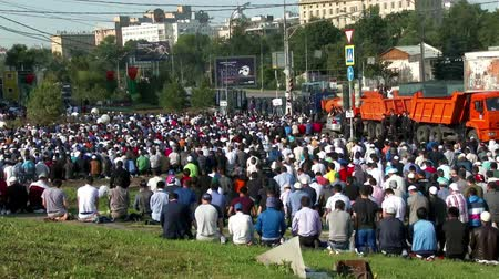 modlitba : Muslims prayers on celebration of Eid al-Fitr Uraza-Bairam. Crowd of migrants from Central Asia in Moscow, Russia