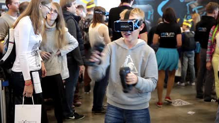 realidade : Young man playing with virtual reality glasses. Virtual reality game