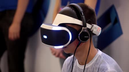 realidade : Young boy playing with virtual reality glasses. Virtual reality game.