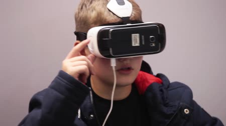 realidade : Virtual reality game. Young man playing with virtual reality glasses Vídeos